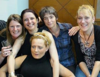 """Um pequeno exemplo da nossa """"Torre de Babel"""" (da esquerda para direita):Tania (Reino Unido), Christine (Brasil), Katrien (Bélgica), Valerie (França) e Anne Lise (Dinamarca)."""