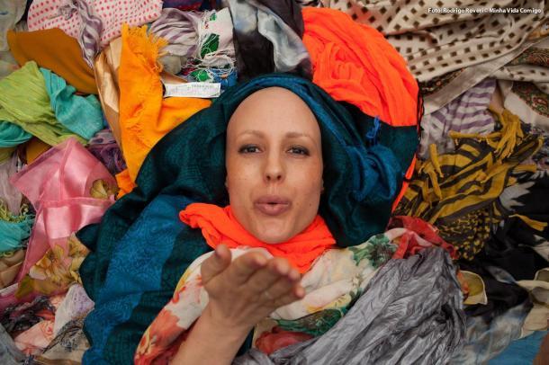 Vânia com os lenços já arrecadados no Brasil.