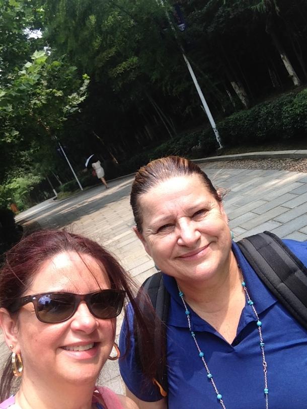 Angela e eu... derretendo as 10 da manhã num dos parques de Jingdezhen.