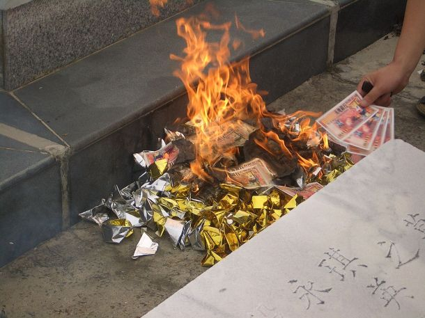1280px-Burning-money-and-yuanbao-at-the-cemetery-3249