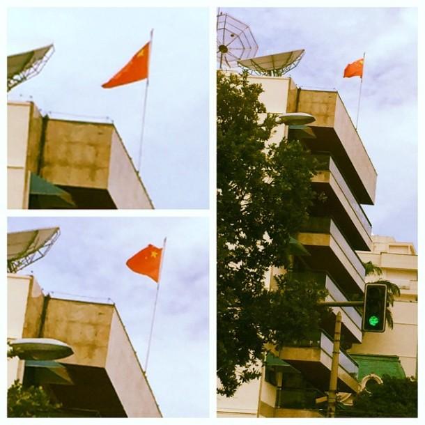 A China não m abandona! Passeando pelo Rio dou de cara com a bandeira tremulando... tive que registrar, não é? Essa China na minha vida...