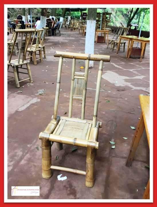 Cadeira de bambú típica daqui.