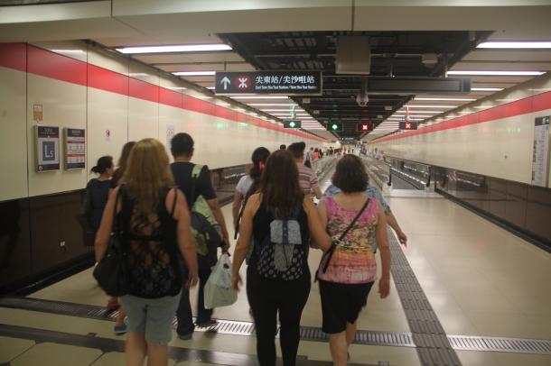 Em Hong Kong se anda demais... as estações de metrô são imensas.