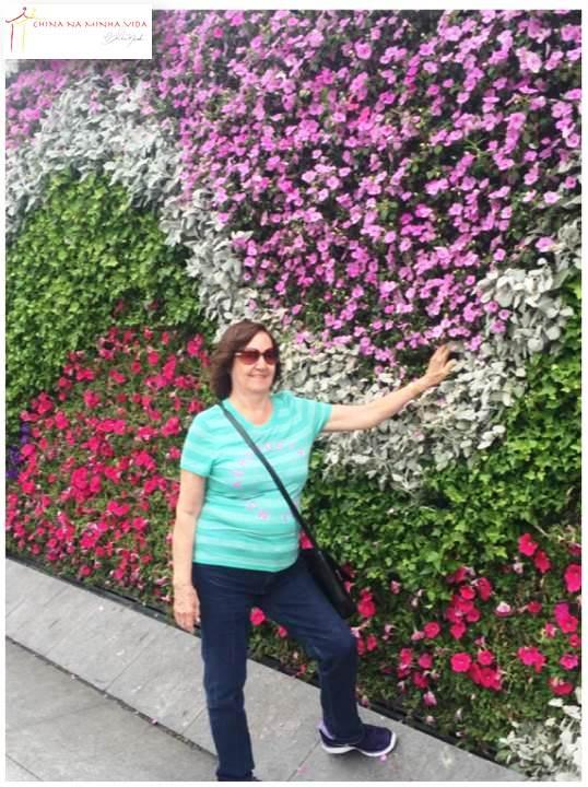 Dna. Neyde encantada com as flores espalhadas pela cidade, ou melhor pela China!