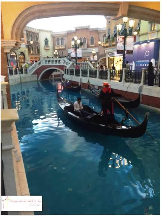 As Gôndolas não são tão convincentes assim, pois a piscina é visivelmente azulejada! =]