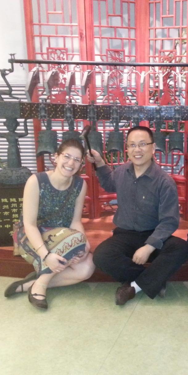 Verena e seu orientador, Professor Huang Bin, no Museu da Universidade de Hubei