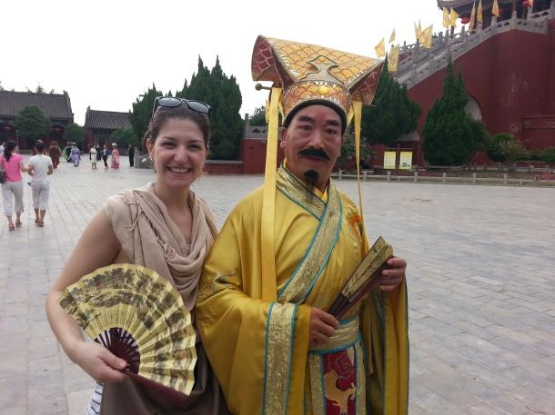 Verena com seu professor, que também é ator de ópera chinesa.