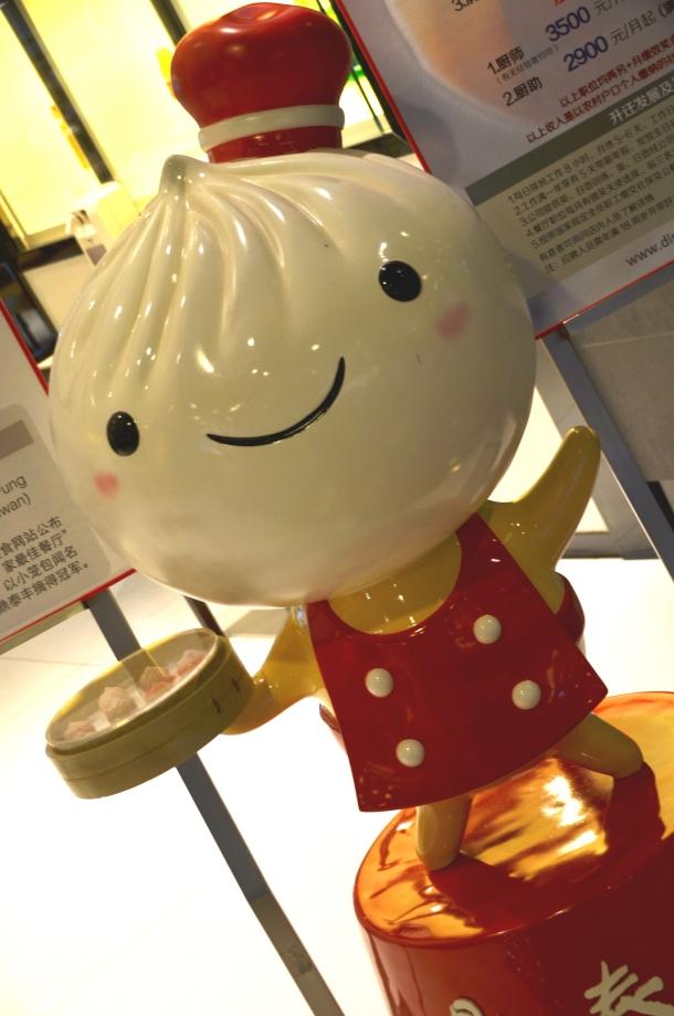 O mascote do restaurante Dim Tai Fung. Foto by Tati Sato