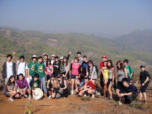 O trabalho voluntário e as viagens internacionais são uma constante para as crianças com seus colegas de escola. Essa foto foi na Tailândia, onde a última coisa que os adolescentes viram foi a praia! O trabalho proposto era construir um duto de água potável para o vilarejo no interior do país.
