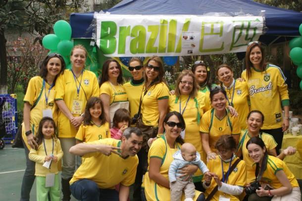 Grupo de mães (e um pai) brasileiras numa festa da escola: International Food Fair, na Yew Chang International School of Shanghai em 2010. Adivinha o que havia? Churrasco e brigadeiro!