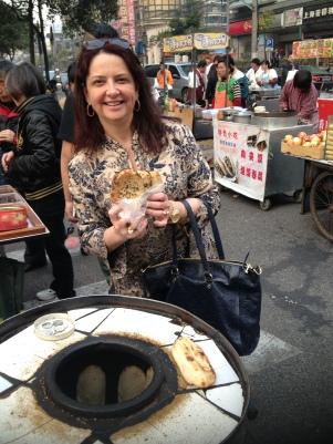 Eu na comida de rua... delícia esse pãozinho!
