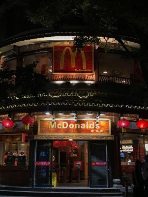Até o Mc Donald's respeita a arquitetura local!