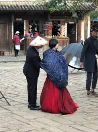 A noiva trocando o vestido.