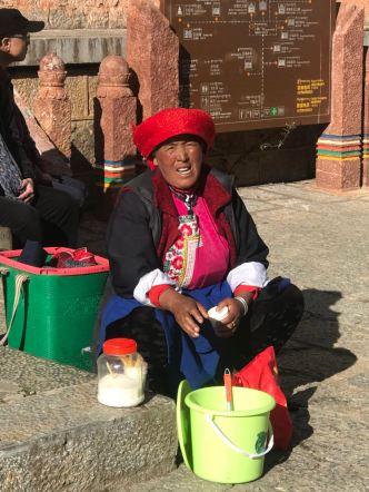 Senhora vendendo leite de Yak